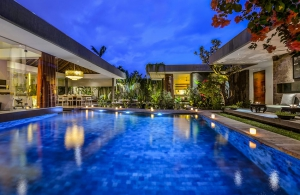 Villa Banyu - The pool at night