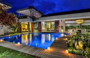 Villa Banyu - The villa at night